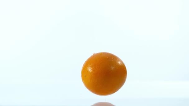Super zpomaleně padající kousky pomerančů, izolované na bílém pozadí. Natočeno na vysokorychlostní cinema camera, 1000 fps.