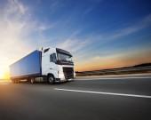 Caricato sul camion europeo in autostrada in bella luce del tramonto. Sul trasporto stradale e del carico