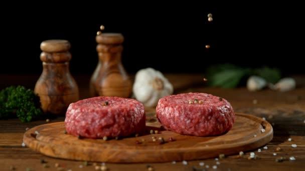 Super slow motion pádu koření na mleté hovězí hamburger masa, natočen na vysokorychlostní kameru kino, 1000 fps.