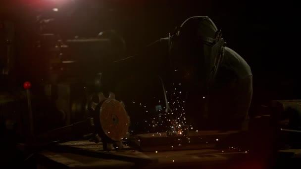 Zpomalený pohyb práce svářeč v dílně, natočen na vysokorychlostní cinema camera