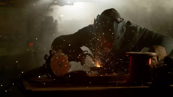 Super zpomalené práce svářeče v dílně, natočen na vysokorychlostní kameru kino, 1000 fps.