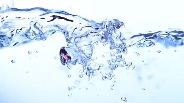 Super slow motion šplouchání vody vlna izolovaných na bílém pozadí, natočen na vysokorychlostní kameru kino, 1000 fps.