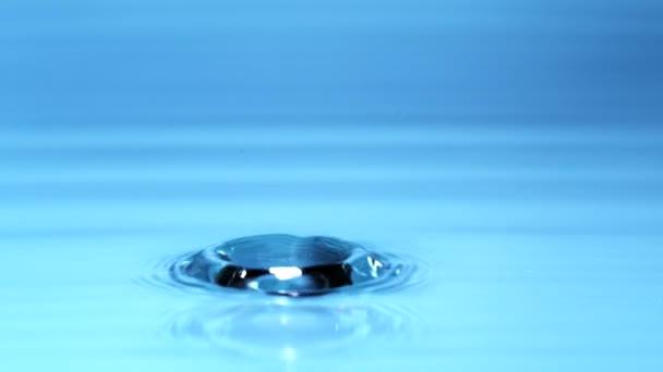 Szuper lassú a fröccsenő víz csepp, forgatták a nagy sebességű mozi kamera