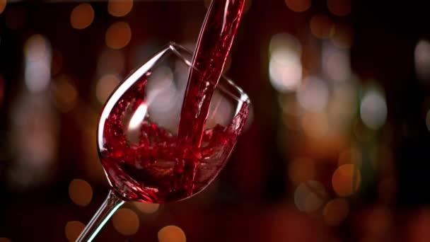 Superzeitlupe, in der Rotwein ins Glas geschüttet wird. Gefilmt mit High-Speed-Kinokamera, 1000 fps.
