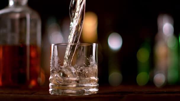 Super zpomalené nalévání whisky do skla. Natočeno na vysokorychlostní cinema camera, 1000fps