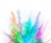 Exploze zbarveného prášku na bílém pozadí