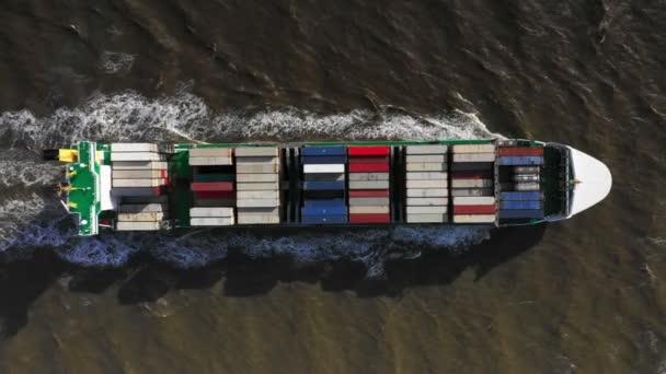 Luftaufnahme eines riesigen Containerschiffs