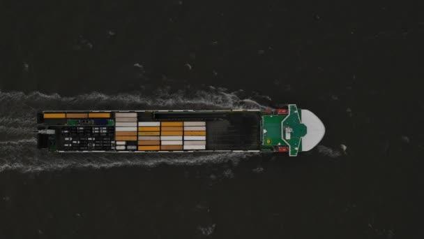 A konténeres teherhajó légi nézete