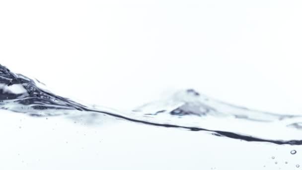 Super Zeitlupe von plätscherndem Wasser isoliert auf weißem Hintergrund. Gefilmt mit High-Speed-Kinokamera, 1000 fps.