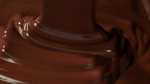 Super zpomalené nalití tmavé horké čokolády. Natočeno vysokorychlostní kamerou, 1000fps.