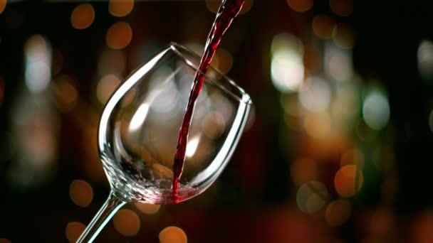 Velmi pomalý pohyb červeného vína z láhve do mixu. Natáčeny z vysokorychlostní filmové kamery 1000fps.