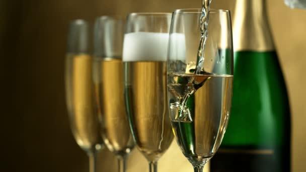 Super pomalý pohyb šampaňského vína do brýlí, šatna. Natáčeny z vysokorychlostní filmové kamery, 1000fps