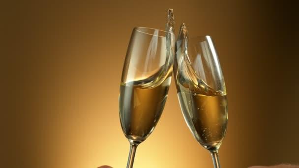 Super pomalý pohyb přípitku se dvěma sklenicemi na šampaňské. Natáčeny z vysokorychlostní filmové kamery, 1000fps