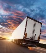 Zpětný pohled na evropské nákladní vozidlo na dálnici