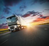 Fotografie Evropské nákladní auto s dramatickým světlem západu slunce