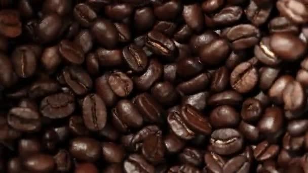 Super zpomalení otáčení kávových zrn v mlýně, rychlost ramping cut. Natočeno na vysokorychlostní kameře, 1000 fps.