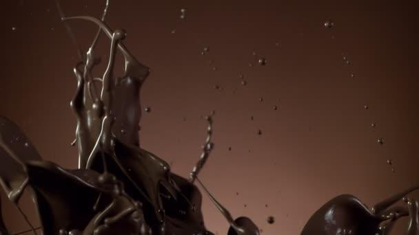 Super zpomalený pohyb tmavé horké čokolády cákání. Natočeno vysokorychlostní kamerou, 1000fps.