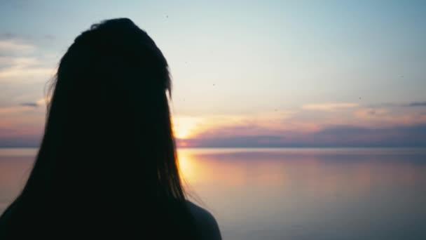 Genoeg Mooie vrouw waardoor hart vorm met de handen bij zonsondergang &RS26