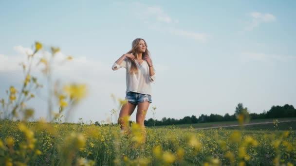 Krása, usmívající se dívka na jaře pole. Louku. Portrét se smíchem a šťastný mladý model ženy s zdravé vlasy dlouho foukání Užíváme si přírody. Krásná mladá žena venku