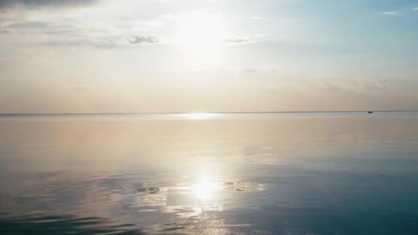 Krásný západ slunce na pláži, úžasné barvy, světelného paprsku svítí skrz závojem mračen nad seascape zálivu. Moře a pláž