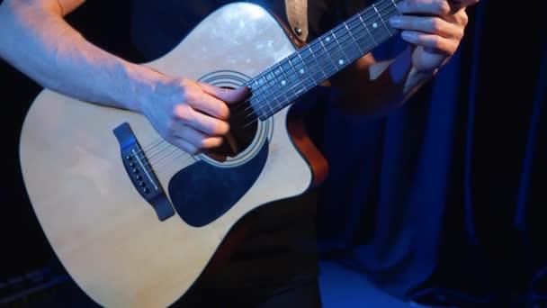 Koncert rockové kapely na scéně s dvěma zpěváky elektrické kytary. Hudební video punk, heavy metal nebo rock skupina. Zpomalený pohyb nástroj hraje kapela dvou mužů