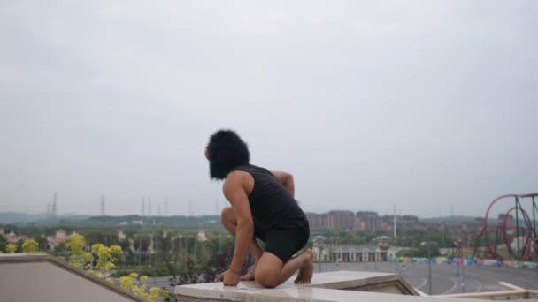Dospělý muž působící hloupé blondýny v Maska opice s panoráma na pozadí v pomalém pohybu