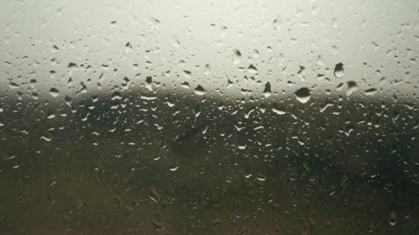 Dešťové kapky, objevit se na okenní sklo, déšť začíná, kapičky na pozadí