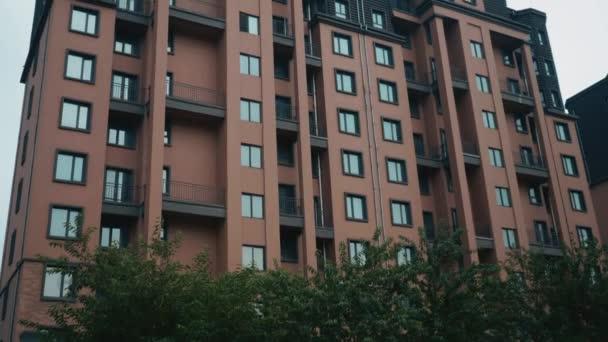Zur Gründung Schuss modernen Mehrfamilienhauses. Mehrstöckige moderner Architektur und stilvolles wohnen Wohnblock