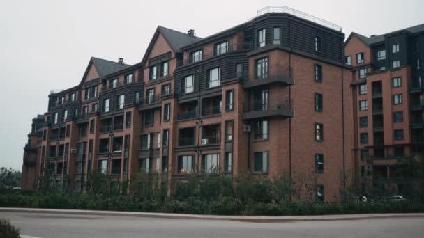 Zavedení shot moderního bytového domu. Mnohaposchoďový moderní architektura a stylový obývací blok bytů