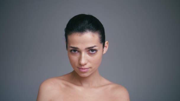 Lövés dühös fiatal nő, látszó-on fényképezőgép, szigorú és szkeptikus kifejezés