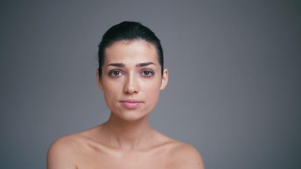 Krásy portrét zdravé ženské tváře s přírodní kůže izolované na šedém pozadí. Koncept kosmetologie
