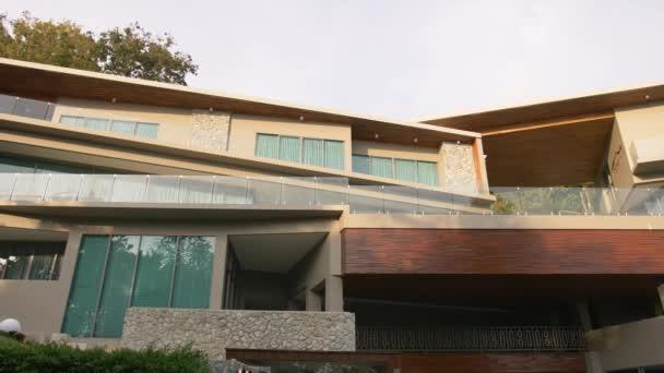 Tropischer Strand Luxus Villa Blick auf das Resort mit Garten bei Sonnenuntergang. Haus Vermietungskonzept