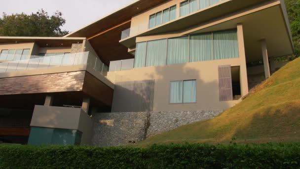 Tropischer Strand Luxus Villa Blick auf das Resort mit Garten, Pool bei Sonnenuntergang. Haus Vermietungskonzept. Schuss zur Gründung