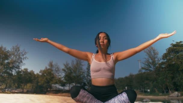 asiatische Frauen praktizieren Yoga-Fitness-Übungen am Strand. Gesunder Lebensstil