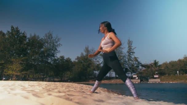 Asijské žena praxe jógy fitness cvičení na pláži. Zdravý životní styl