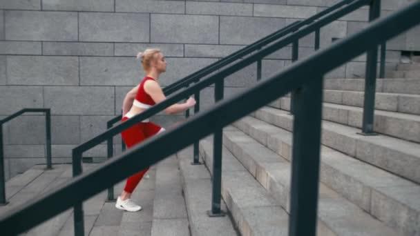 Plusz méretű vegyes verseny szőke mosolygós nő kocogó visel piros sportruházat gyorsan futtatni