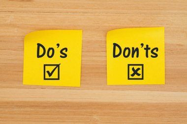Do's and Don'ts for grammar on two sticky notes on textured wood desk stock vector
