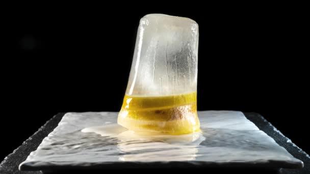 Zmrazené plátky citronu se rozpustí na talítě. Time-lapse