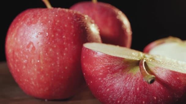 Teljes és vágott vörös alma cseppekkel a víz közelkép