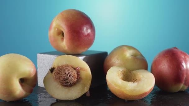 Sladké zralé nektarinky s kapkami vody