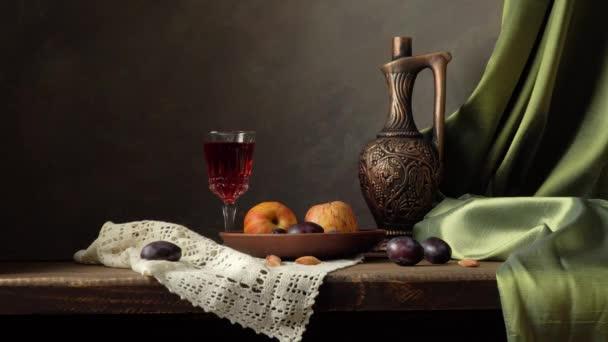 Zátiší s lahví vína, jablek a švestek.
