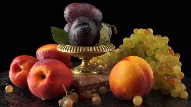 Rózsaszín quiche-mish szőlő, szilva, nektarin fekete alapon