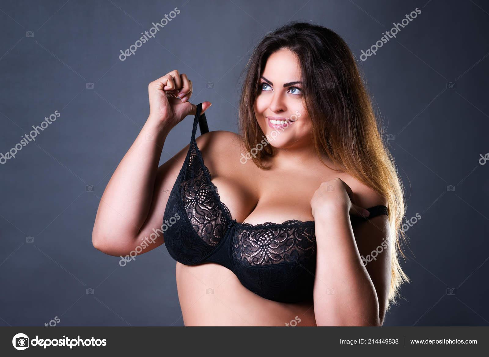 modèles nus avec de gros seins