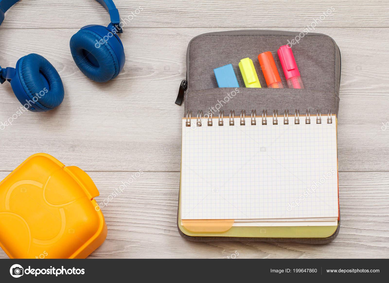 Školní Potřeby Žlutá Sendvič Box Sluchátka Otevřená Kniha Cvičení ... f1425b0cc2