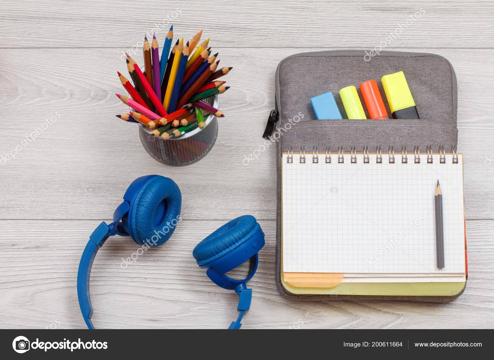 ... knihu cvičení na vak-penál se cítil pastelky a značky na šedé dřevěných  desek. Pohled shora. Zpátky do školy konceptu. Školní potřeby — Fotografie  ... 433121c2a2
