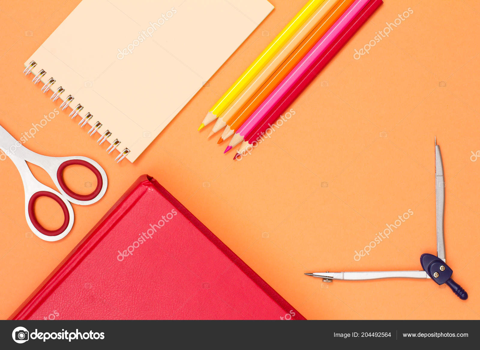 f10f7a9674a Βιβλίο, ψαλίδι, σημειωματάριο, μολύβια χρώματος και πυξίδα σε ροζ φόντο. Το  Top view. Πίσω στο σχολείο έννοια. Σχολικά είδη. Παστέλ χρώματα — Εικόνα  από ...