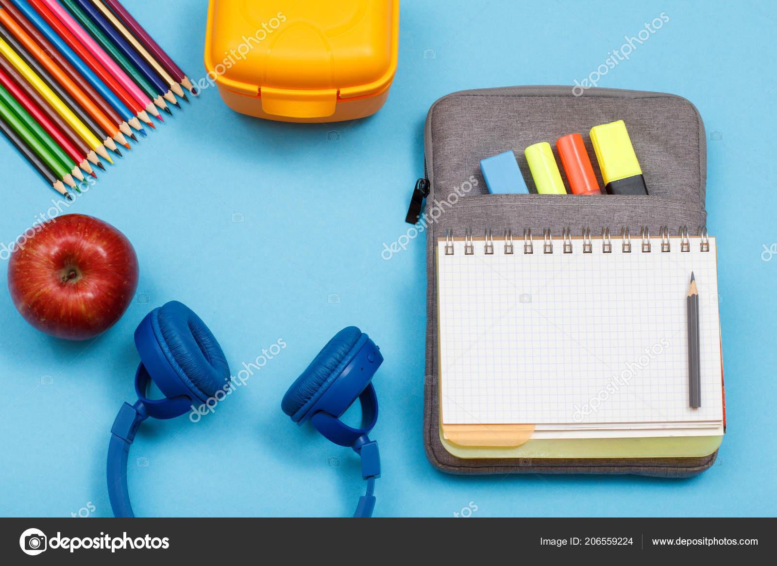 ... otevřete knihu cvičení na vak-penál se cítil pastelky a značky na  modrém pozadí. Pohled shora. Zpátky do školy konceptu. Školní potřeby —  Fotografie od ... 57312fab62
