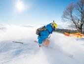 Zpětná záběr freerider lyžař sjíždění svahu v ski resort hory copyspace ski resort rekreace cestování cestovního ruchu dovolená extrémní adrenalin
