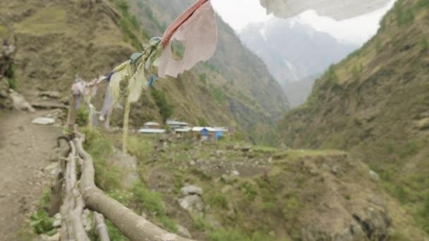 Nepáli faluban, a hegyek között. Manaslu circuit trek.