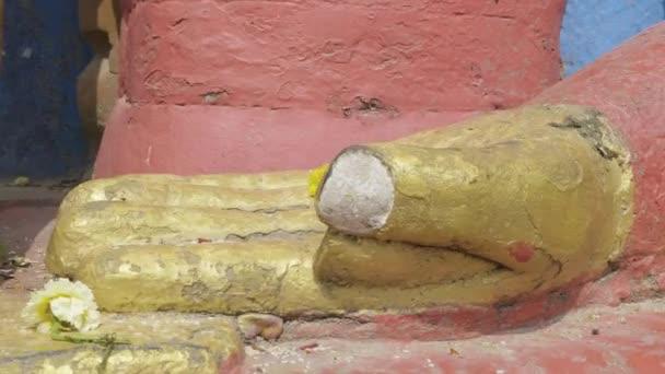 Rukou socha Buddhy v Swayambhunath temple. Káthmándú, Nepál